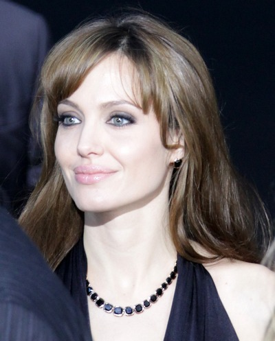 "Angelina Jolie portant son collier ""Style of Jolie"""