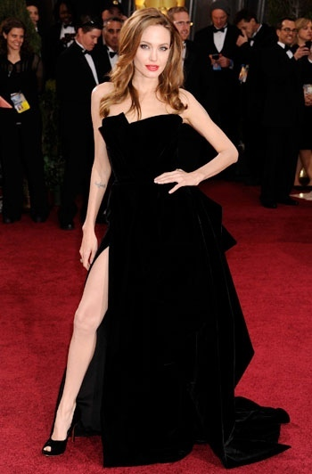 Angelina Jolie portant une robe noire Versace