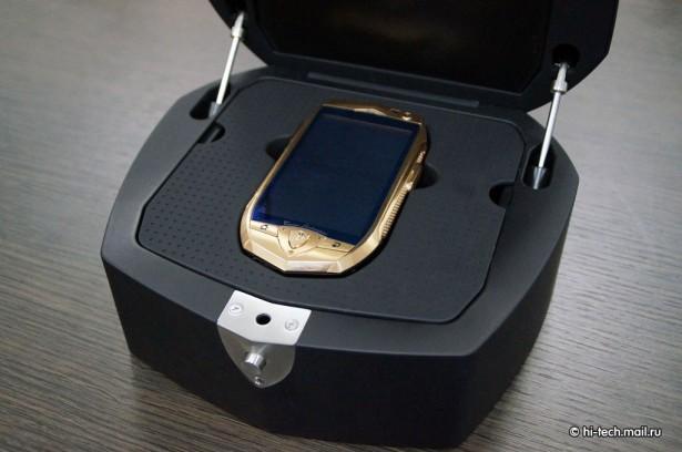 Le Smartphone Lamborghini TL700 couleur or dans son coffret