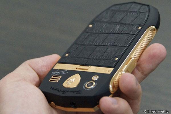 Smartphone TL700 avec sa protection en peau de crocodile