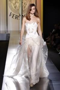 Modèle présentant une robe Versace lors de la Fashion Week Haute couture