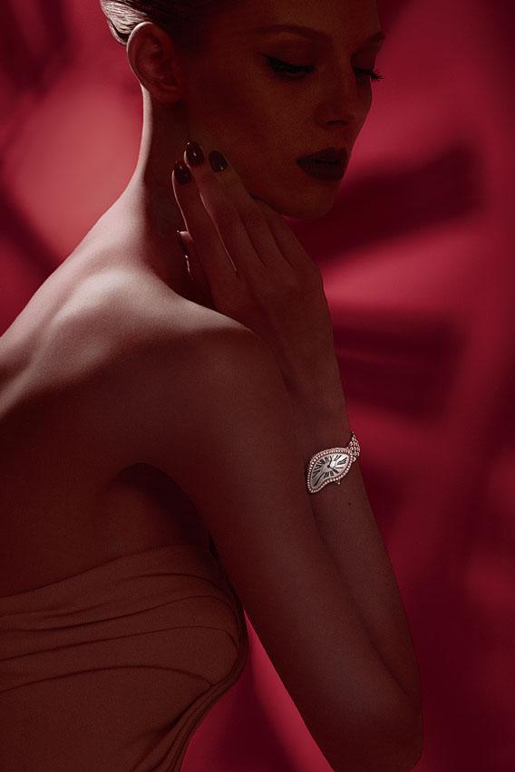 Femme portant une Cartier Crash