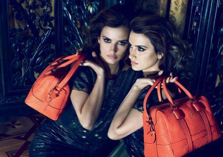Penelope Cruz avec un sac en cuir couleur corail
