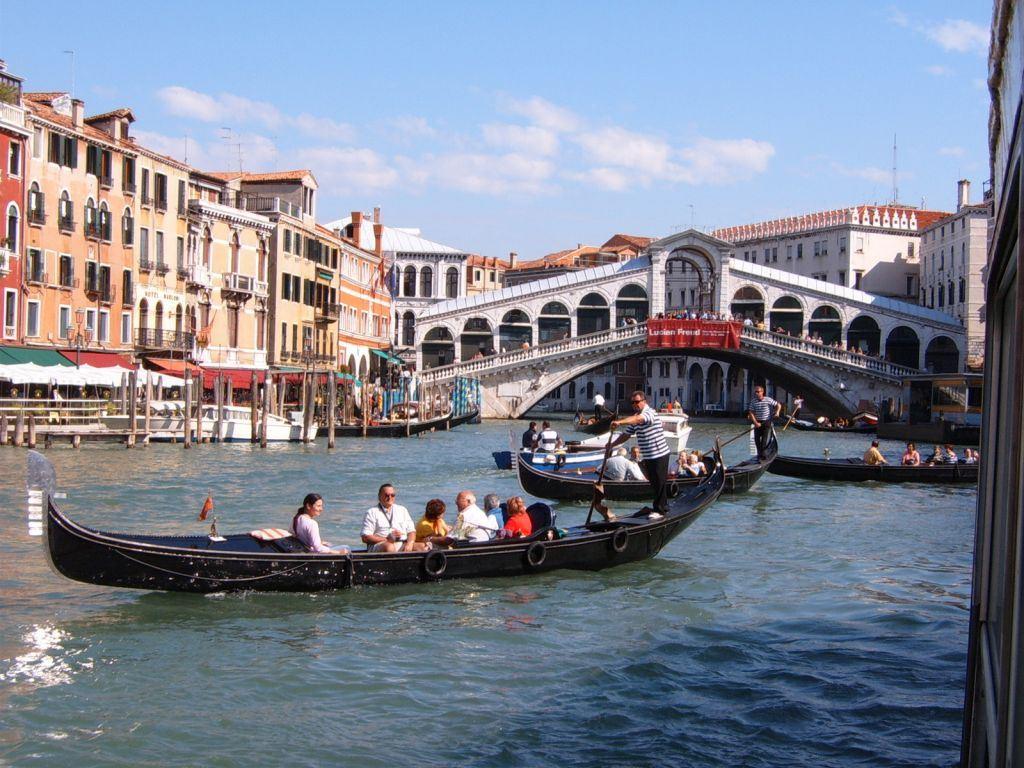 Venise pont rialto et gondoles